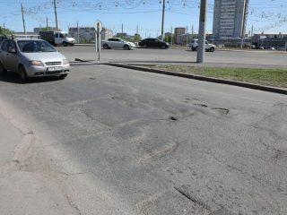 Улицу Гладкова, что на выезде на кольцо Предмостной площади, давно не ремонтировали. И в ближайшее время комплексного ремонта не планируется