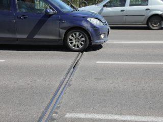 Коммунальный мост – головная боль всех автомобилистов Красноярска, а также служб, ответственных за его содержание. На швах, выпирающих из дорожного покрытия, машина подпрыгивает, как дикий скакун. В этом году их подремонтируют в рамках текущего ремонта