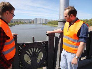 На Коммунальном мосту «Дорожная инспекция ОНФ» обнаружила сломанные и качающиеся ограждения. Все эти недостатки зафиксировали сотрудники УДИБ