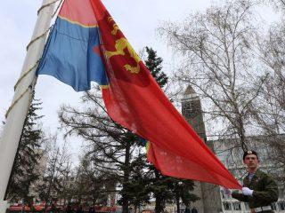 У мэрии Красноярска был поднят городской флаг в честь героев-победителей.