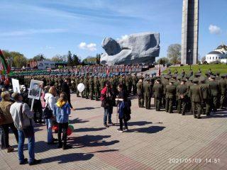 В День Победы военнослужащие отдают дань памяти защитникам Брестской крепости