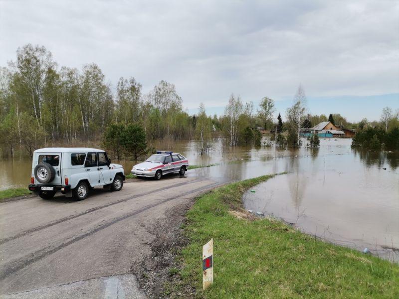Паводковая вода залила дороги в двух районах Красноярского края