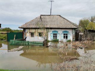 Вода заливает дороги, приусадебные участки, дома и подворья