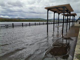 В Красноярске Енисей затопил часть Центральной набережной