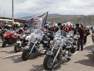На площади около Дворца спорта «Платинум. Арена» собралось около тысячи любителей мотоциклов из разных городов края