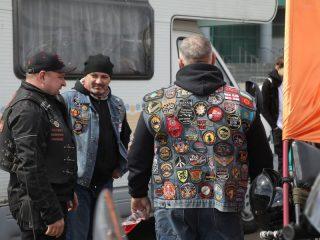 В Красноярске более 10 байкерских клубов. К какому объединению принадлежит мотоциклист, можно определить по нашивкам на его жилете. Этот, видимо, прошел все клубы, которые только возможно