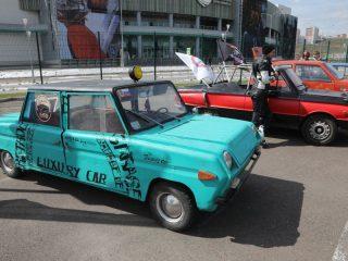На открытие мотосезона свои ретро-автомобили выставил клуб Retro Guys Garage. Например, лимузин, созданный на базе «инвалидки»