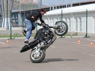 Чтобы продемонстрировать трюки на мотоцикле, в Красноярск приехал Алексей Еремин из Саяногорска