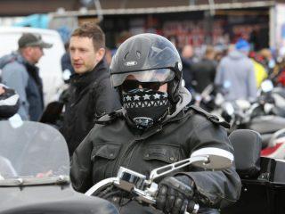В конце шоу мотоциклы выстроились в колонну и выехали на улицы Красноярска. Сопровождал их мотовзвод полка ДПС