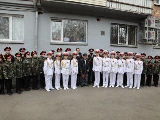 Воспитанники Красноярского кадетского корпуса им. А.И. Лебедя участвуют в акции «Парад у дома ветерана»