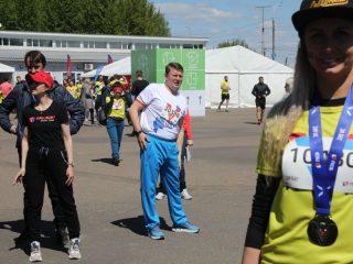 Мэр города Сергей Еремин тщательно разминается перед стартом
