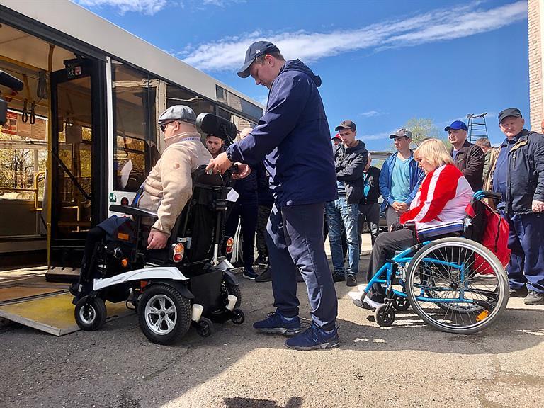 Водителей общественного транспорта в Красноярске учат перевозить инвалидов