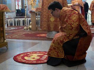 Ковер кладут под ноги архиерея (епископа, архиепископа, митрополита, патриарха) в определенные моменты богослужения