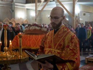 Пасхальный тропарь, сокр. Христос воскресе из мертвых... — главное и торжественное песнопение праздника Пасхи