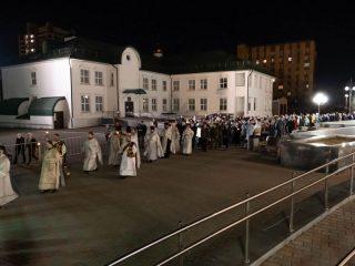 Под пение стихиры «Воскресение Твое, Христе Спасе» вокруг храма Рождества Христова был совершён крестный ход