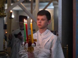 После пасхальной службы верующие несут домой не только освященную снедь, но и частицу Иерусалимского чуда – свечи, зажженные от Благодатного огня