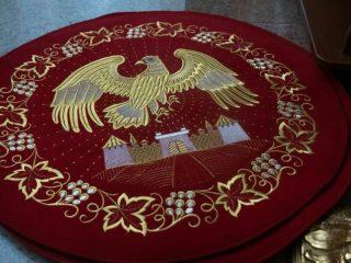 Орлец — небольшой круглый ковер с изображением орла, парящего над городом