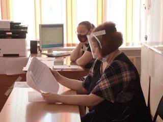 В Минпросвещения напомнили, что все помещения, где проводятся экзамены, дезинфицируются и проветриваются, а сами школьники соблюдают дистанцию и проходят термометрию