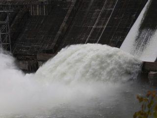 Красноярская ГЭС наращивает сброс воды. Сегодня на ГЭС открыли два затвора и жители края получили возможность насладиться редким зрелищем