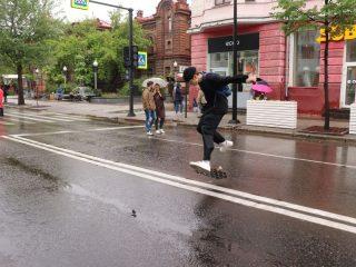 Неужели можно вот так просто кататься по двойной сплошной на скейте?!
