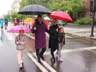 Глава города гулял по проспекту с женой и двумя дочерьми.