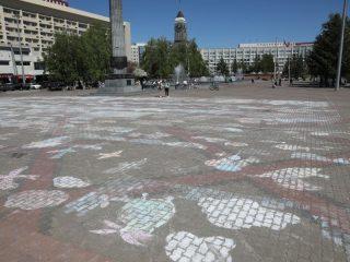 А Театральную площадь дети изрисовали цветными мелками. Здесь установили рекорд России по одновременному рисованию мелками на асфальте