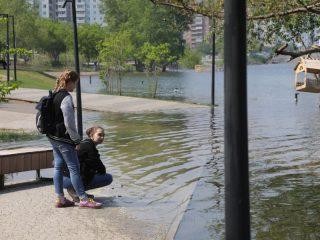 Разлив воды благотворно действует на психику, но мэр Красноярска предупредил, что это не шоу, и надо относиться к паводку серьезно