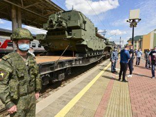 В течение дня на Красноярском железнодорожном вокзале красноярцы смогли увидеть образцы военной техники и оружия, посетить выставки и зайти в легендарный магазин «Военторг»
