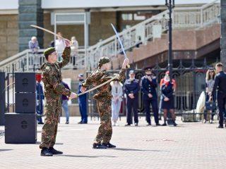 Для посетителей выступили артисты красноярских ансамблей песни и пляски, работали пункты отбора на военную службу по контракту