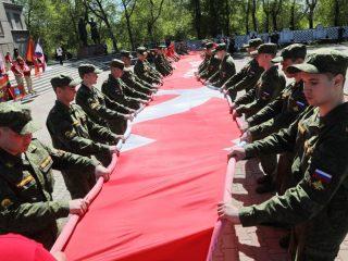Потомки сибирских полков, защищавших Москву в 1941 году, повезут с собой 20-метровую копию Знамени Победы. 22 июня знамя развернут возле Брестской крепости