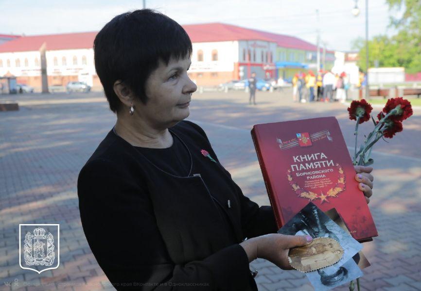 Александр Усс передал награду внучке и правнуку бойца Красной армии, погибшего 77 лет назад