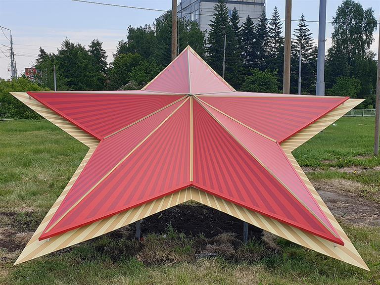 На спуске с Копыловского моста в Красноярске установили гигантскую «Звезду Победы»