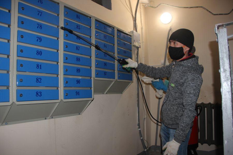 На фото: дезинфекция подъезда. Источник: сайт администрации Красноярска