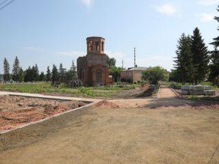 Парк раскинется вокруг церкви, которую жители строят на собственные средства. К осени 2021 году на ней появятся купола