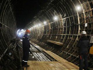 Общая длина линии метро составляет 12,65 км. Первый этап строительства – участок 9,76 км из шести станций от «Высотной» в Октябрьском районе до «Ленинской» в центре Красноярска