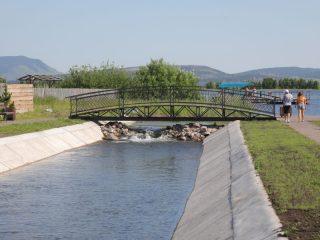 Изюминкой новой набережной стал 12-метровый кованный мост, который объединил берега