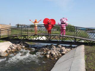 Кованный 12-метровый мост стал излюбленным романтическим местом молодежи села Парная