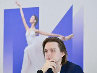 Яркий премьер Большого театра Денис Родькин впервые вышел на сцену в «Раймонде» в массовом номере Гран-па в 2010 году – сразу после окончания в 2009 году хореографического училища при Московском государственном академическом театре танца «Гжель». А уже в 2014 году артист исполнил главную мужскую партию в этом балете – рыцаря Жана де Бриена
