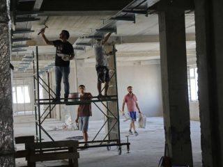 Здание переменной этажности (от 5 до 7 этажей) площадью почти 15,5 тыс. квадратных метров рассчитано на 900 посещений в смену