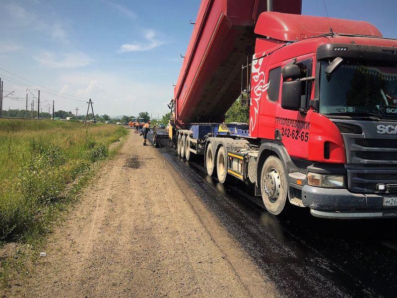 На трассе между Березовкой и мостом 777 в Красноярске начали укладывать специальный асфальт