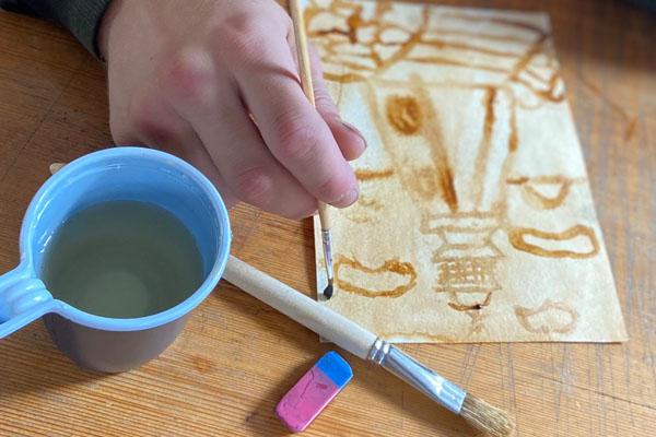 В Красноярске подростков-преступников научили рисовать на кофейной гуще