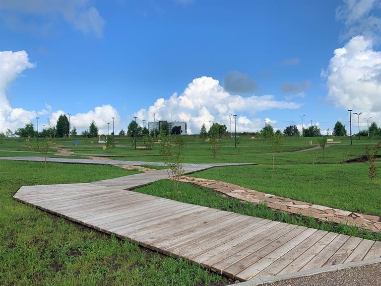 В Красноярске продолжается благоустройство одного из самых больших парков «Солнечная поляна»