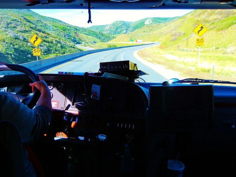 Красноярские дорожные полицейские предупреждают дальнобойщиков по радио
