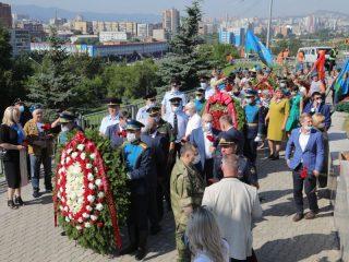 В день ВДВ в Красноярске по-традиции возложили цветы и венки к памятнику воинов-интернационалистов