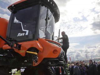 Глава региона лично оценил все достоинства высокотехнологичных тракторов и комбайнов