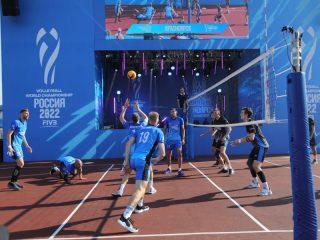 После запуска обратного отсчета стартовал самый длинный волейбольный матч в честь чемпионата. Его участниками стали смешанные мужские команды волейбольного клуба «Енисей»
