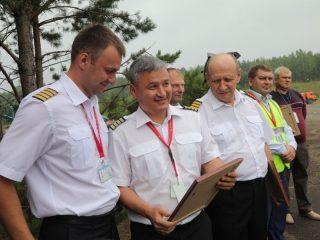 Награду из рук главы региона получили пилоты и специалисты наземных служб аэропортов Красноярск и Черемшанка