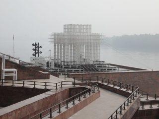 Несмотря на жаркий день, из-за смога жители Красноярска не спешат на прогулку – как и советовали специалисты МЧС