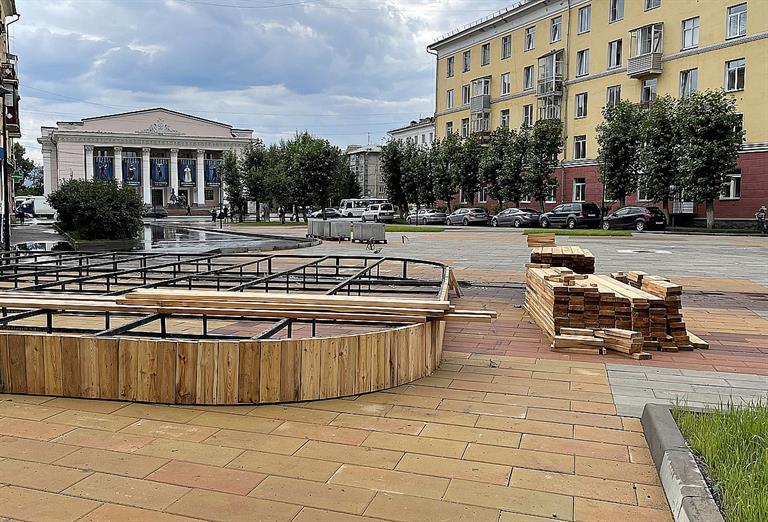 На бульваре Маяковского в Красноярске идет монтаж детского городка