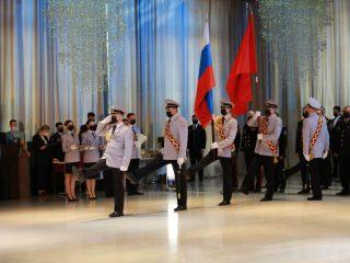 Церемония традиционно прошла накануне Дня флага России, который отмечается 22 августа